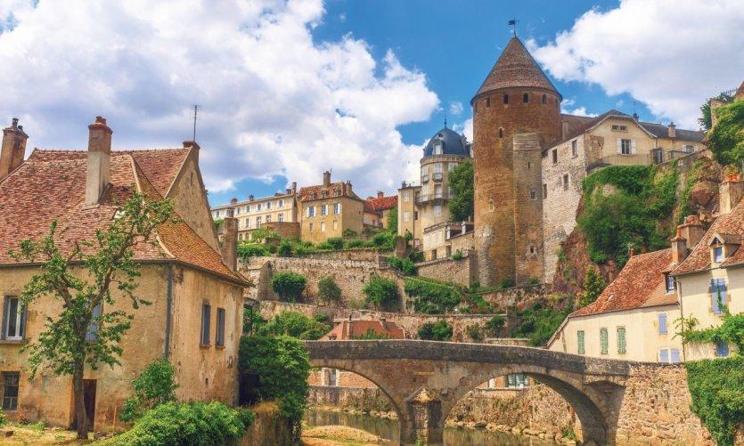 Vue du village médiéval de Semur-en-Auxois.