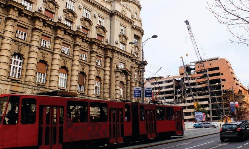 Le bâtiment du gouvernement de la Serbie face à un des immeubles bombardé par l'OTAN.