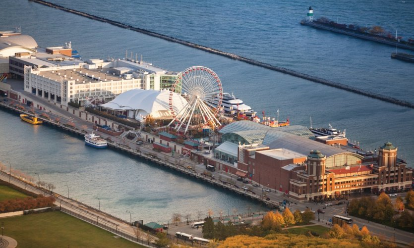 Vue sur le parc d'attraction de Navy Pier.