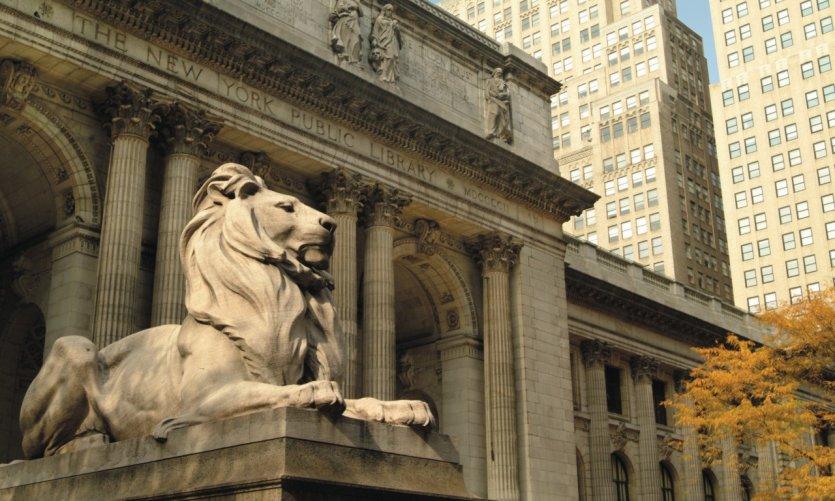 L'un des deux lions majestueux gardant la New York Public Library.