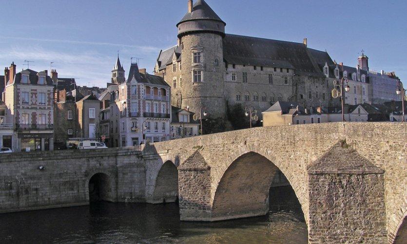 Le Vieux-Château de Laval et le vieux pont