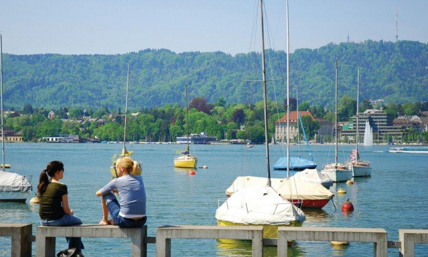 Jeunes filles devant le lac de Zurich.