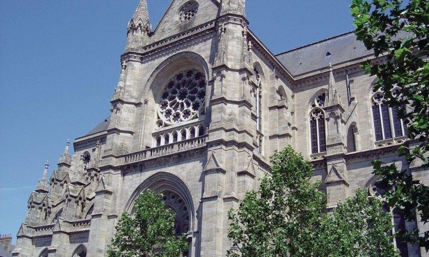 L'église Saint-Aubin, place Sainte-Anne