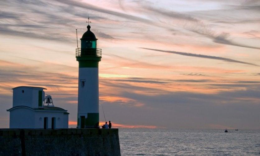 Le phare de Mers-les-Bains dans le soleil couchant