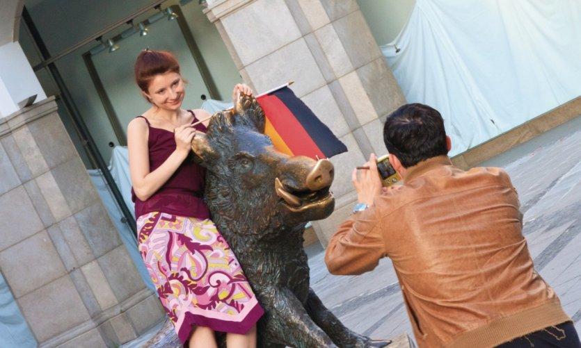 Pose photo avec la statue devant le Jagd und Fischereimuseum (musée de la Chasse et de la Pêche).