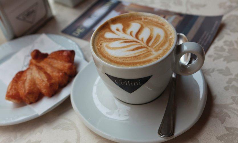 Le roi des petit-déjeuners: cappuccino et brioche, au Caffè De' Cherubini.