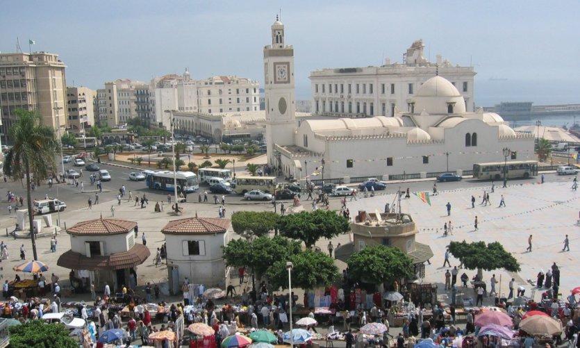 <p>La place des Martyrs et la mosquée El Djedid.</p>