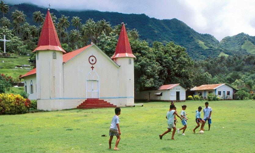 Partie de foot devant l'église de Hatiheu.