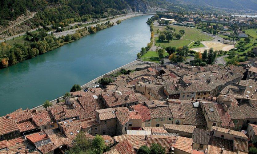 Les toits rouges de la ville vus du haut des remparts de la citadelle de Sisteron