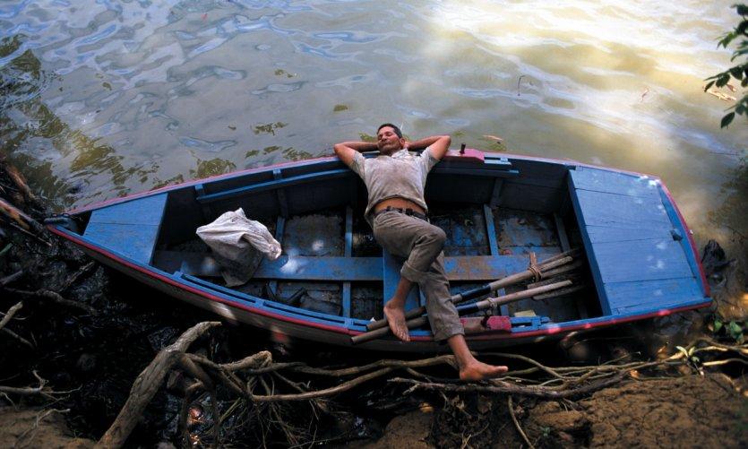 Détente sur une barque avant de reprendre l'eau.