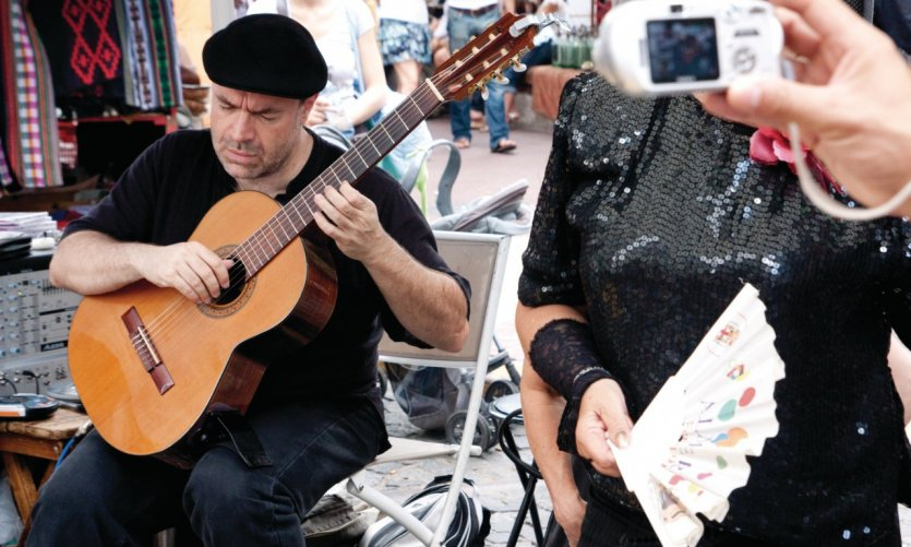 Un guitariste anime la rue.