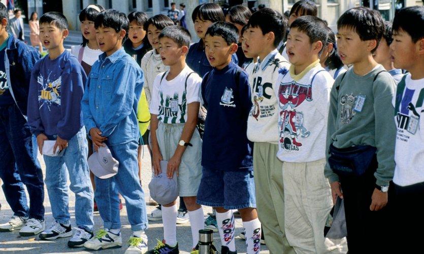 Écoliers chantant pour les morts et les hibakusha (irradiés) d'Hiroshima.