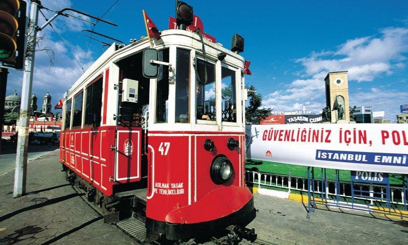 Le tramway place du Taksim.