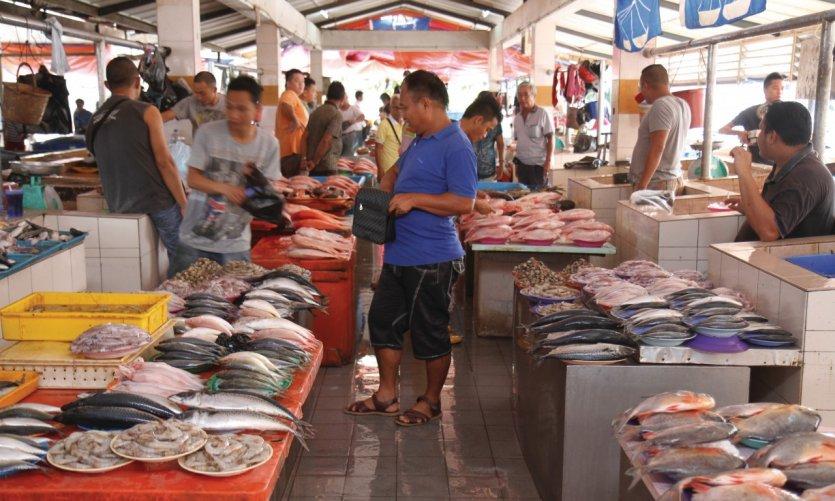 Etalages de poissons sur le marché alimentaire de Serian