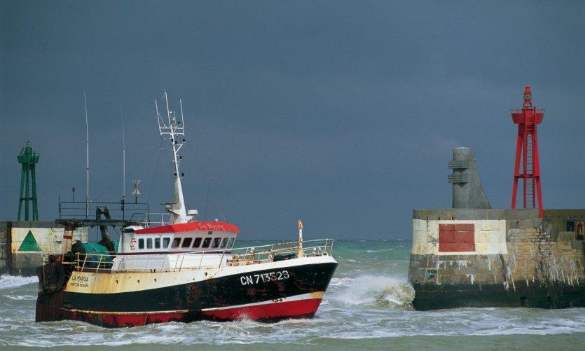 bateau de peche port en bessin