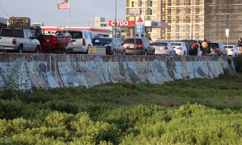 El dique de Galveston tiene varios kilómetros de largo.