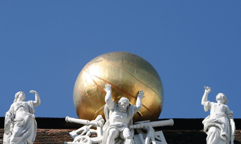 Atlas supportant le monde sur les toits de Josefsplatz.