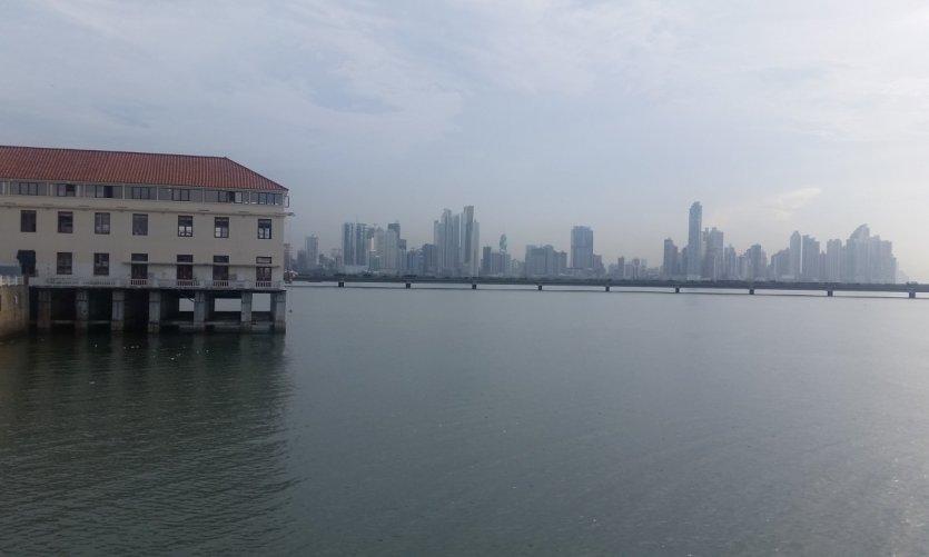 Contraste entre bâtiment style colonial et gratte-ciel.