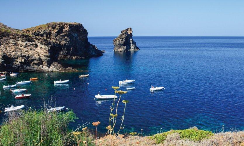 Vue sur Faraglioni, île de Pantelleria.