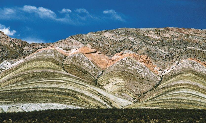 Montagnes aux strates colorées des environs de Salta.