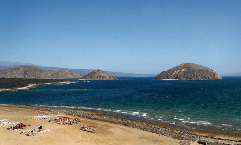 La plage et l'île de Guinni Kôma (ou