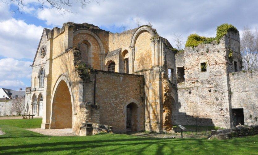 Senlis offre de beaux vestiges de remparts gallo-romains.