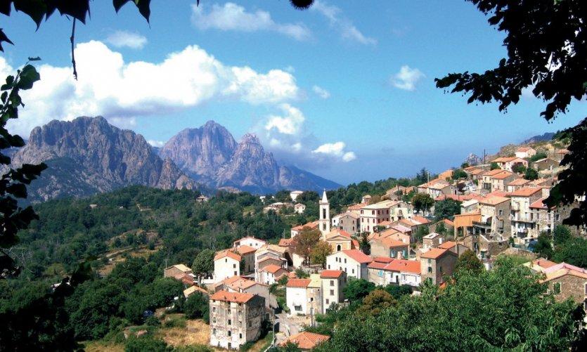 Vue d'ensemble du village d'Évisa au coeur des montagnes