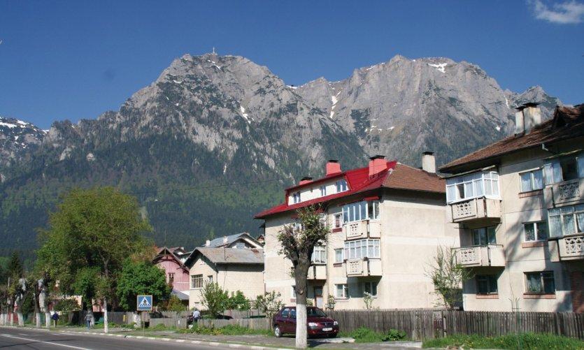La station de Buşteni, capitale de l'alpinisme roumain et le mont Caraiman.