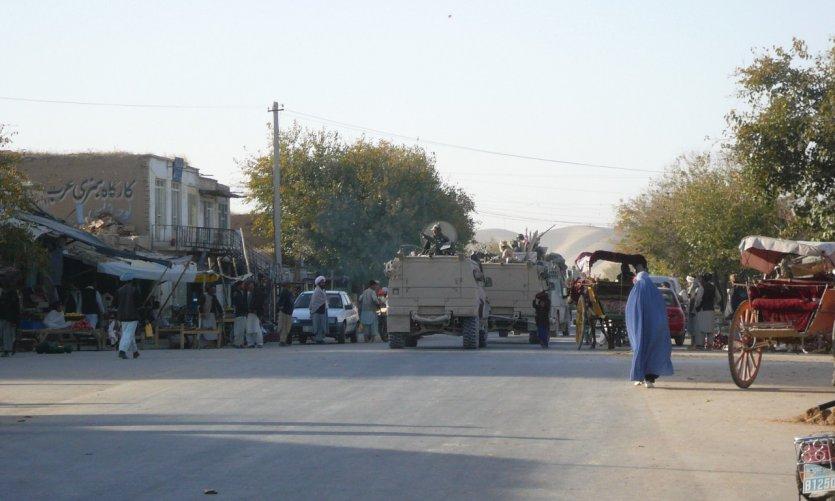 Convoi militaire en patrouille dans la ville de Maïmana.
