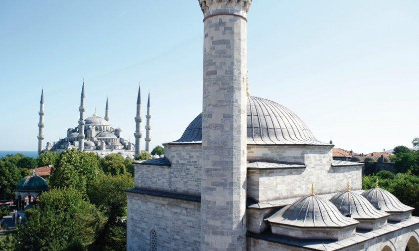 Mosquée Bleue (fondo) y la mezquita Firuz Aga (en primer plano). Vistas desde la terraza de Hotel Sultanahmet en el n° 20 Divanyolu Caddesi.