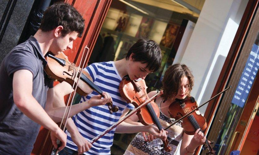 Musiciens jouant sur Grafton Street.