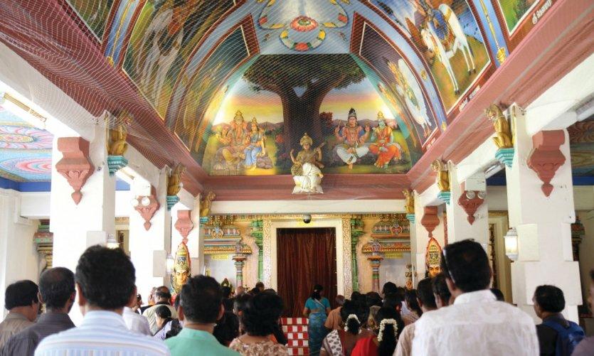 Cérémonie au temple Sri Mariamman dans le quartier de Chinatown