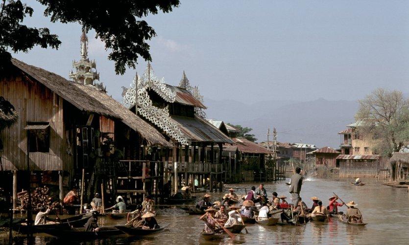 <p>Marché flottant du village d'Ywama.</p>