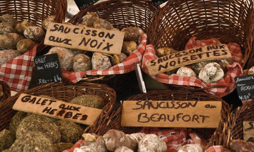 Variétés de saucissons en vente sur le marché de l'île de Ré.
