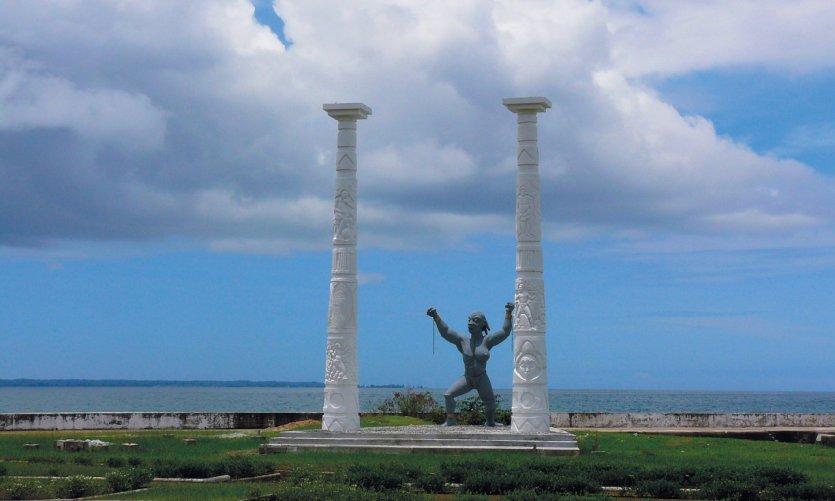 <p>Statue du bord de mer devant le palais présidentiel.</p>