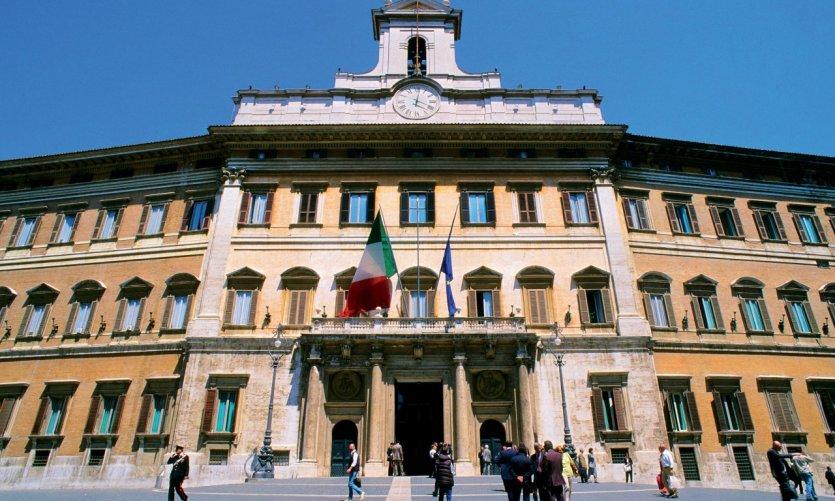 Le Parlement (Palazzo Montecitorio) sur la Piazza Montecitorio.