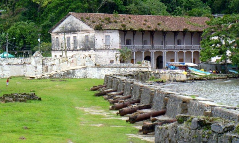 Le fort de San Jeronimo et le bâtiment des Douanes.