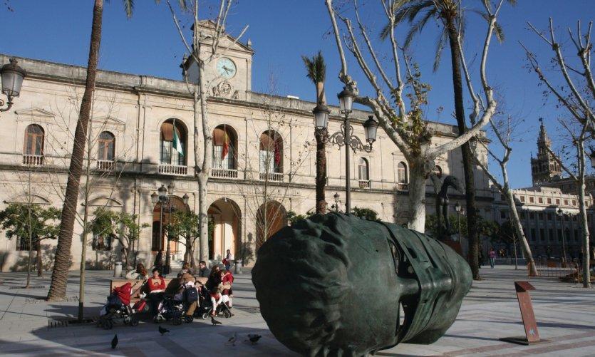 El Ayuntamiento, sur la Plaza Nueva de Sevilla, avec la statue de Igor Mitoraj.