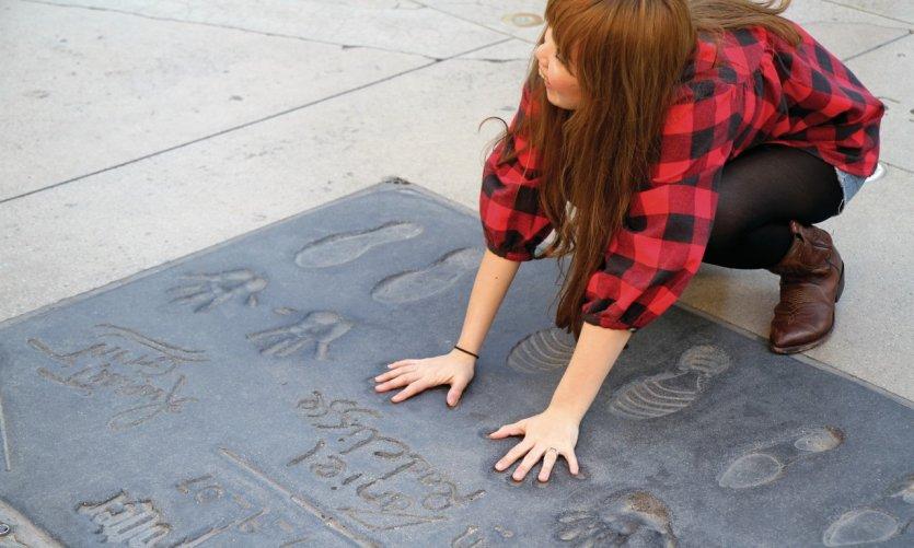 Signatures et empreintes de mains et de pieds sur Hollywood Boulevard.