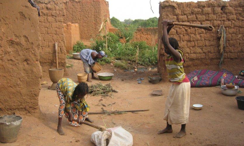Battage du sorgho dans le vieux quartier de Bobo Dioulasso