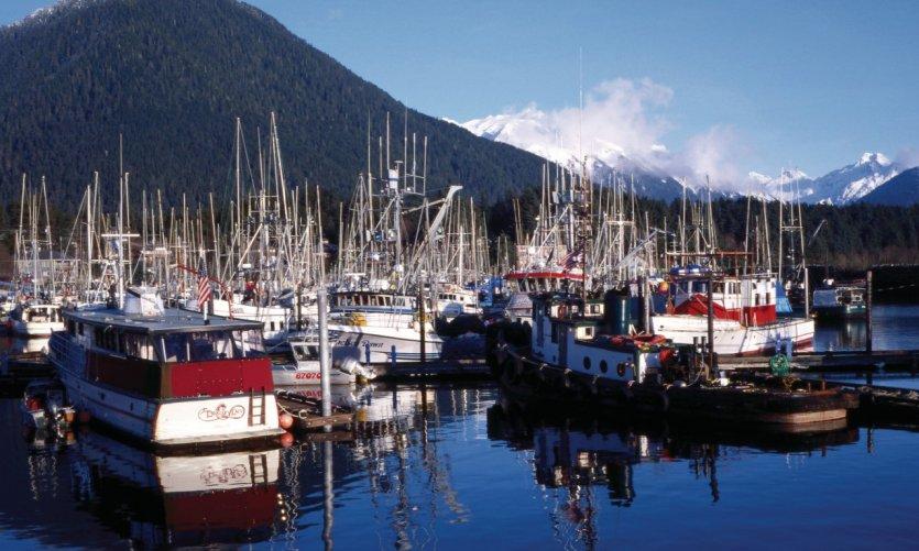 Port de pêche et montagnes.
