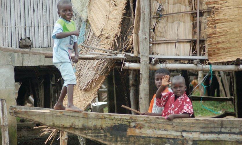 Enfants du village des Aguégués.