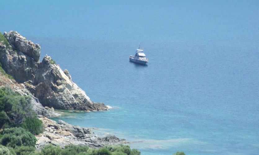 Petit bateau au large de Cargèse