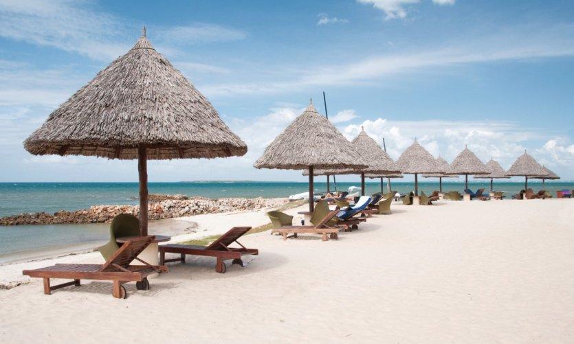 <p>Palapas sur une plage de Dar es Salaam</p>