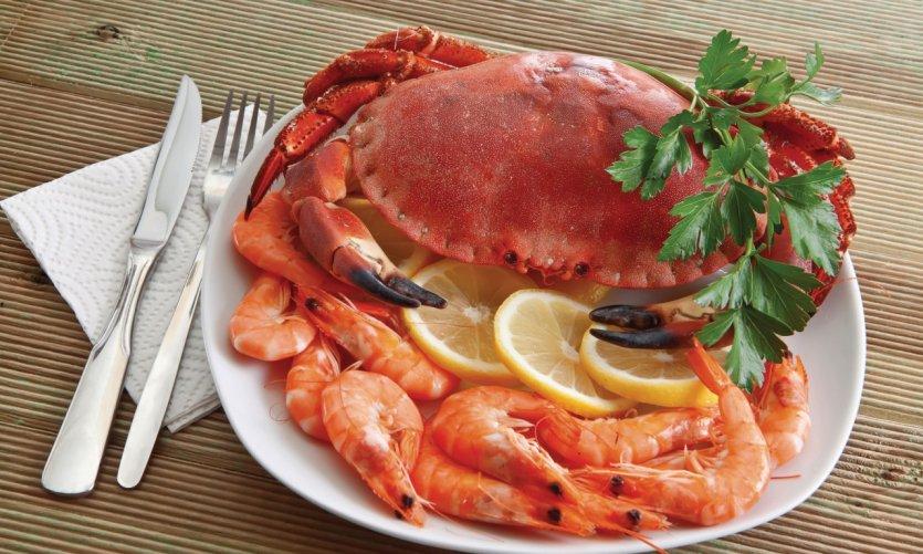 Assiette de crabe et crevettes.