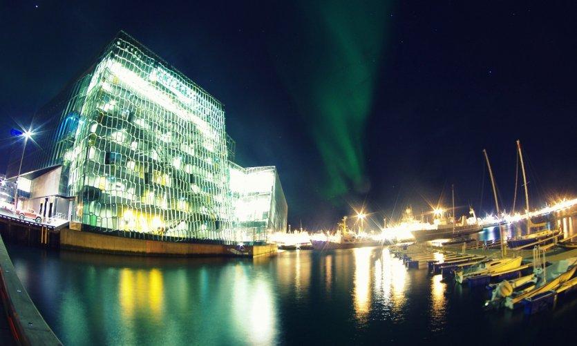 Aurores boréales au-dessus du Harpa Concert Hall de Reykjavik.