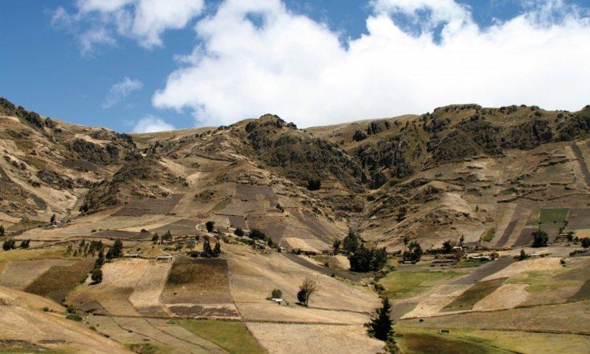 La route de Zumbahua serpente à travers le paramó andin.