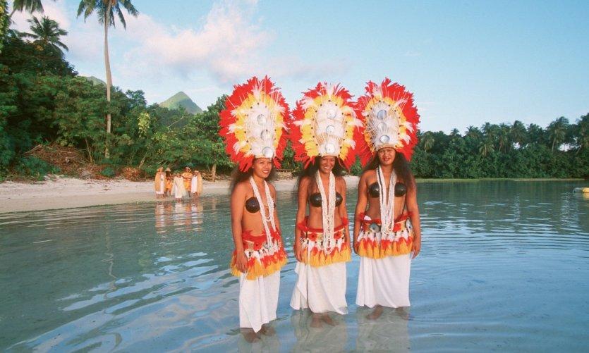 Vahinés en costumes de cérémonie.