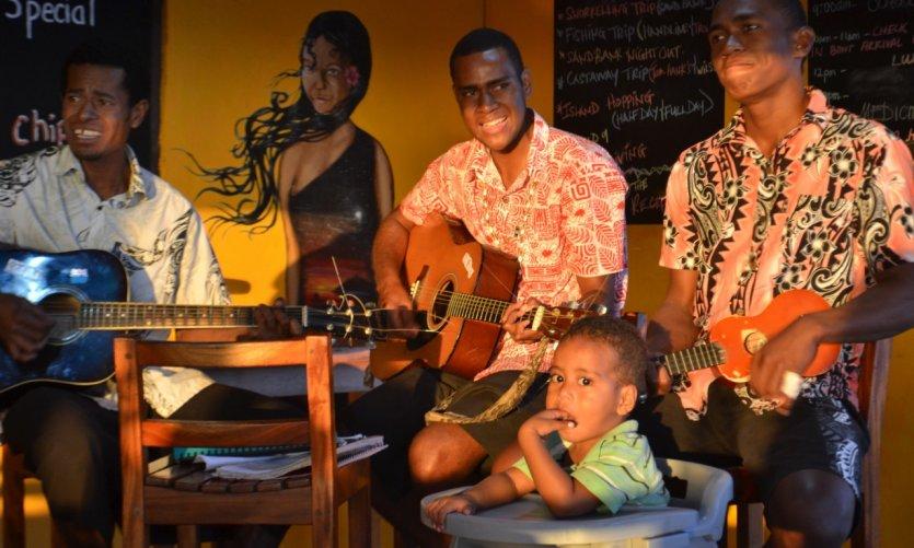 Sourires et musique fidjiens au coeur de la vie quotidienne.