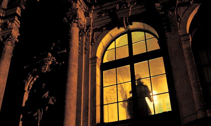 Aux fenêtres d'un palais